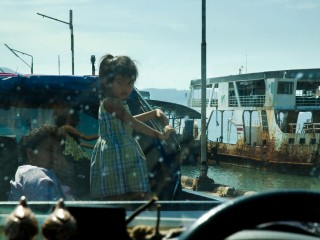 fille à l'embarcadère