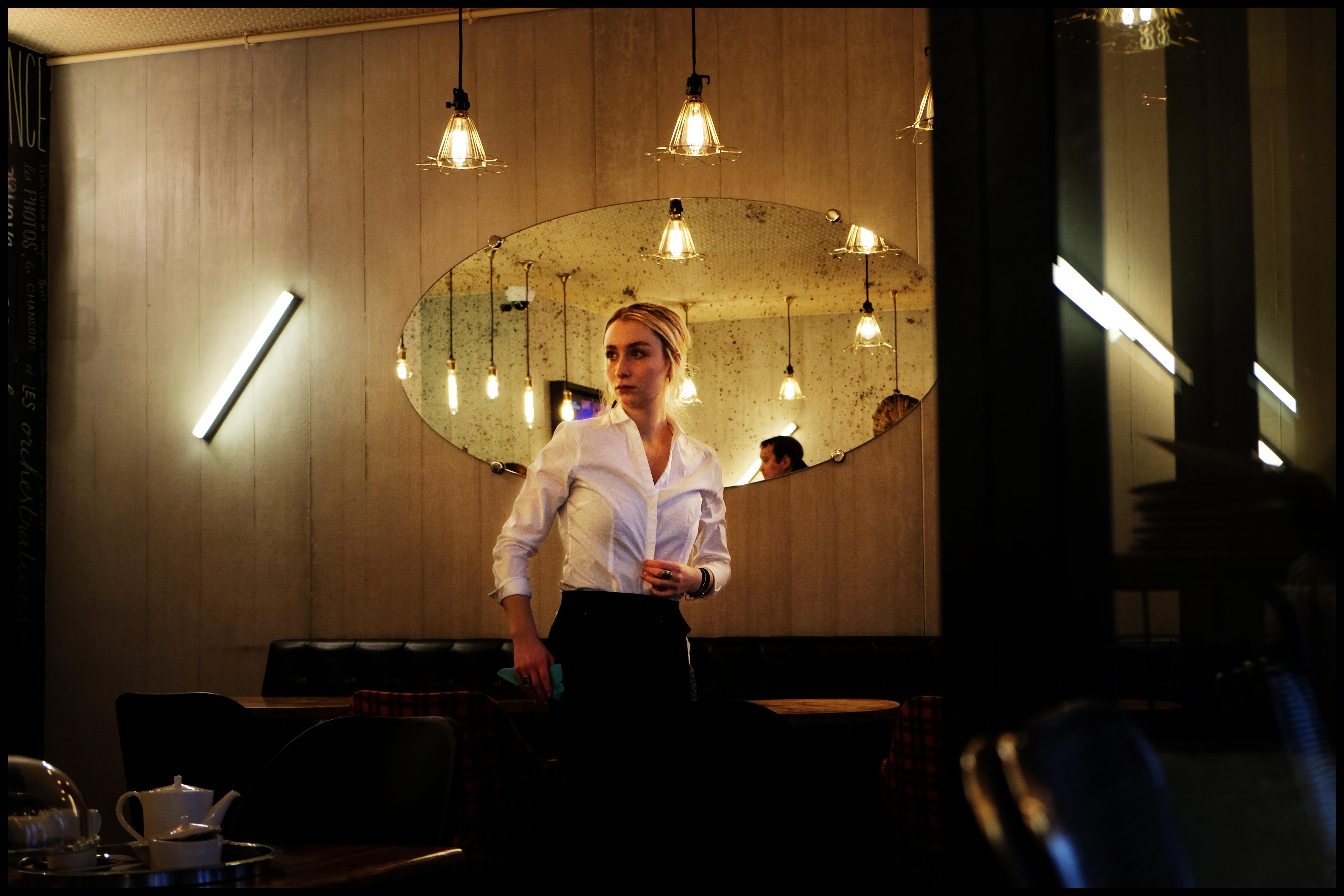 waitress-in-mouffetard-paris-photo-del-desbrueres