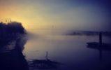 Un pont suspendu dans la brume