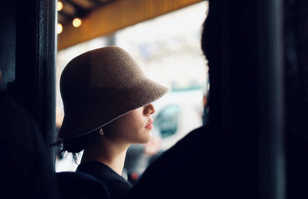 femme-chapeau-terrasse